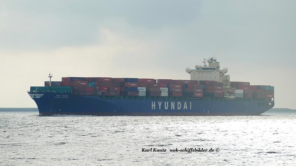Hyundai Voyager (KK-120719-0).jpg