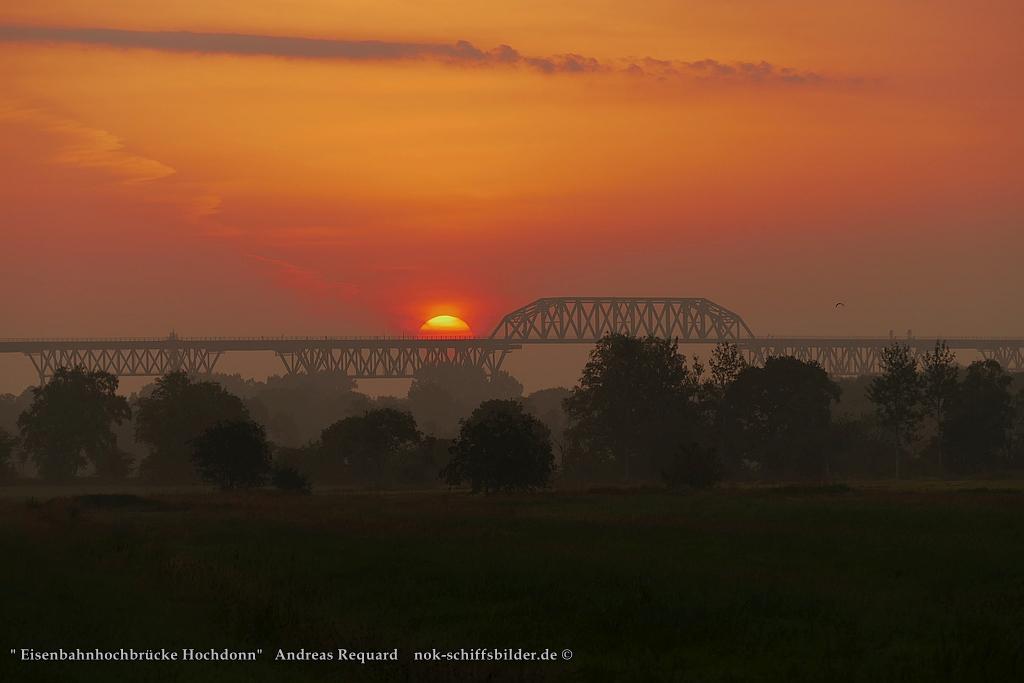 Die Sonne geht auf -Eisenbahnhochbrücke Hochdonn