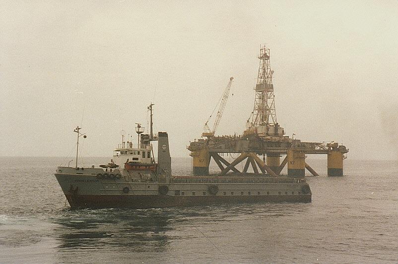 MS Hadelertor vor Bohrinsel Neptun 7