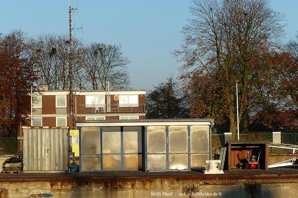 Schleusen - Neubau-   09.11.16 -  Bushaltestelle Mittelmauer... Lagerplatz.jpg