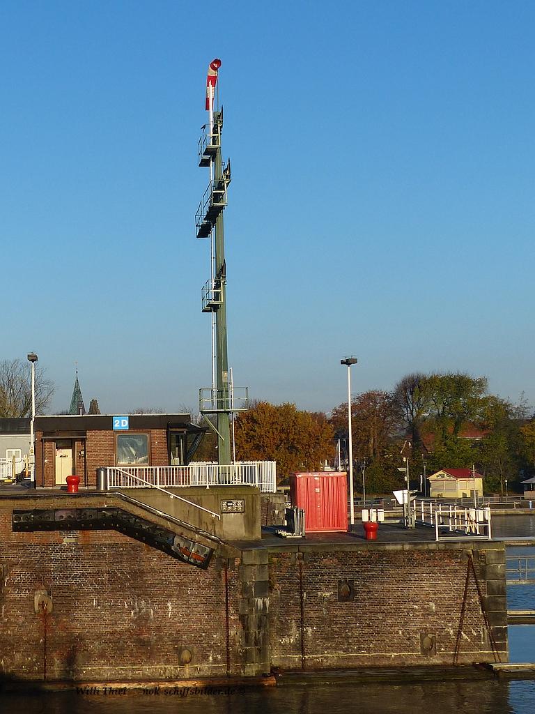 Schleusen - Neubau- Binnenhaupt -Signalmast- Mittelmauer  09.11.16.jpg