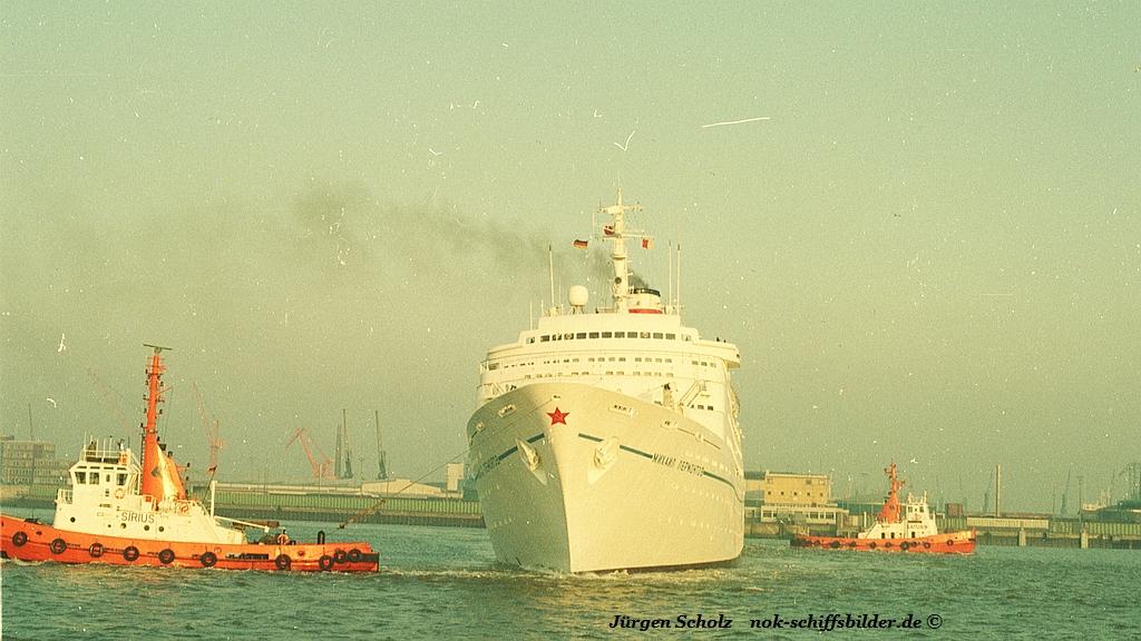 Russischer Passagierschiff auf der Weser bei Bremerhaven anno 11.1983.jpg