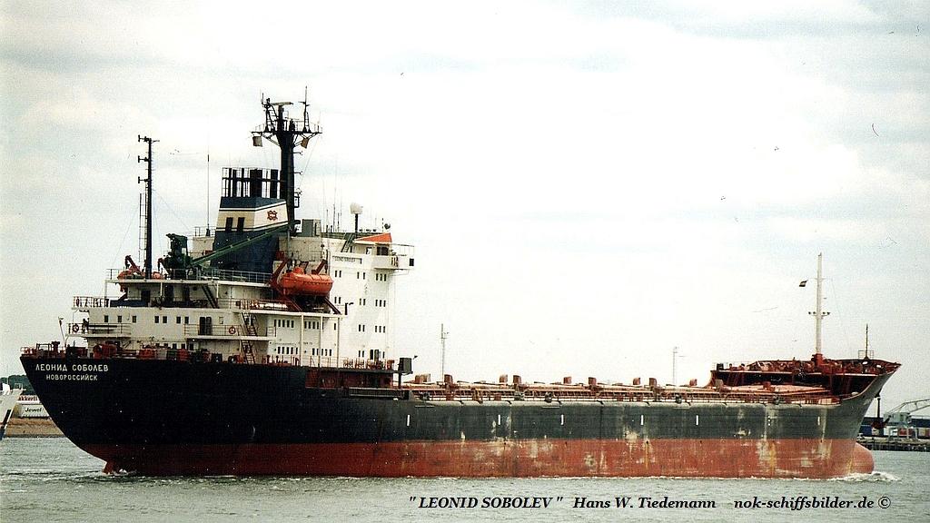 Leonid Sobolev, RUS, Novorossiysk IMO 8325925 - 25.07.03 R'dam.jpg